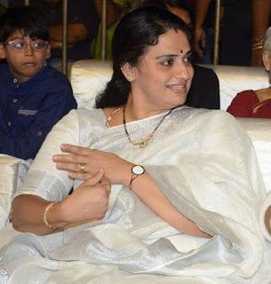 Beautiful Indian Actress Pavitra Lokesh Stills In White Saree Navel Queens