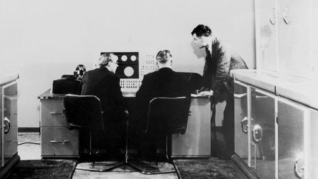 Alan Turing com dois colegas e um computador Ferranti em janeiro de 1951