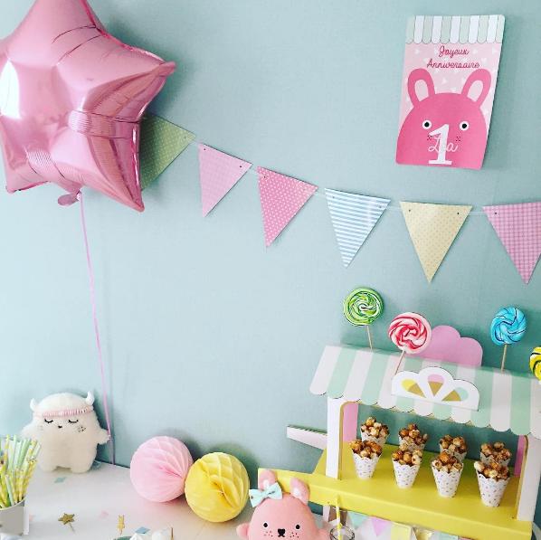 décoration buffet anniversaire avec ballon étoile et guirlande de fanions