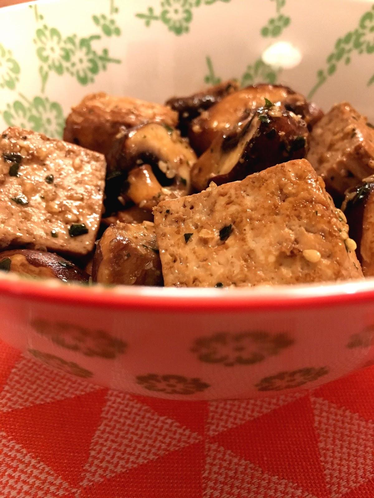 Un homme po le tofu champignons de paris bruns et basilic - Champignon de paris a la poele ...