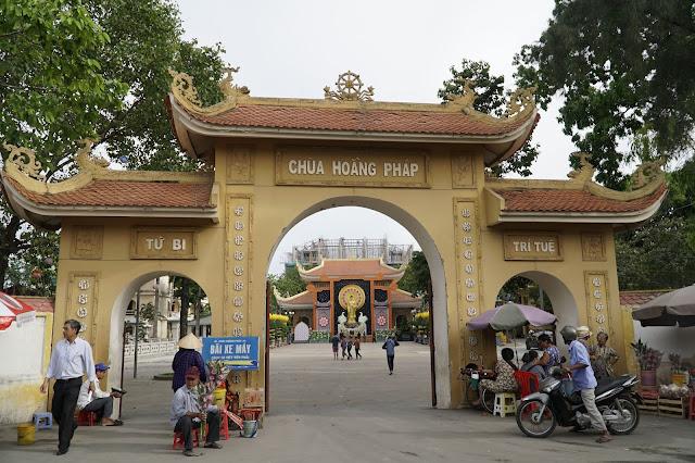 Cổng chùa nhìn từ ngoài vào, có thể lái xe ô tô vào đây, có an ninh an toàn