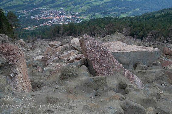 Bedrohliche Felsmassen im Schuttkegel von 2005 über Goldau am Fusse des Rossbergs