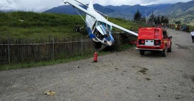 Pesawat Pengangkut BBM Tabrak Pagar Bandara Ilaga Puncak Papua