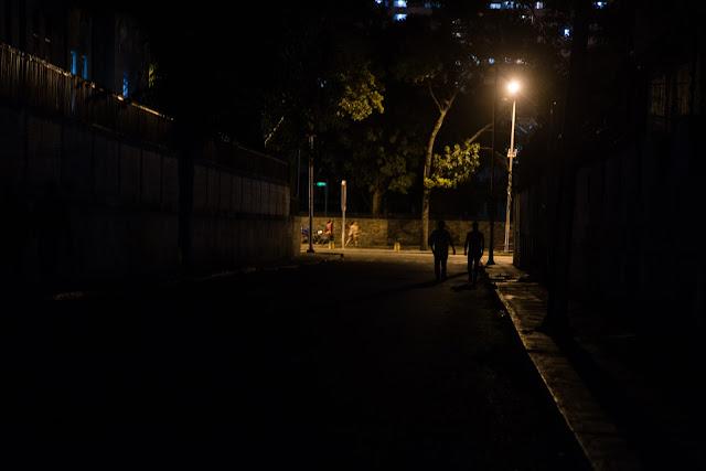 Caracas, una ciudad tomada por la penumbra