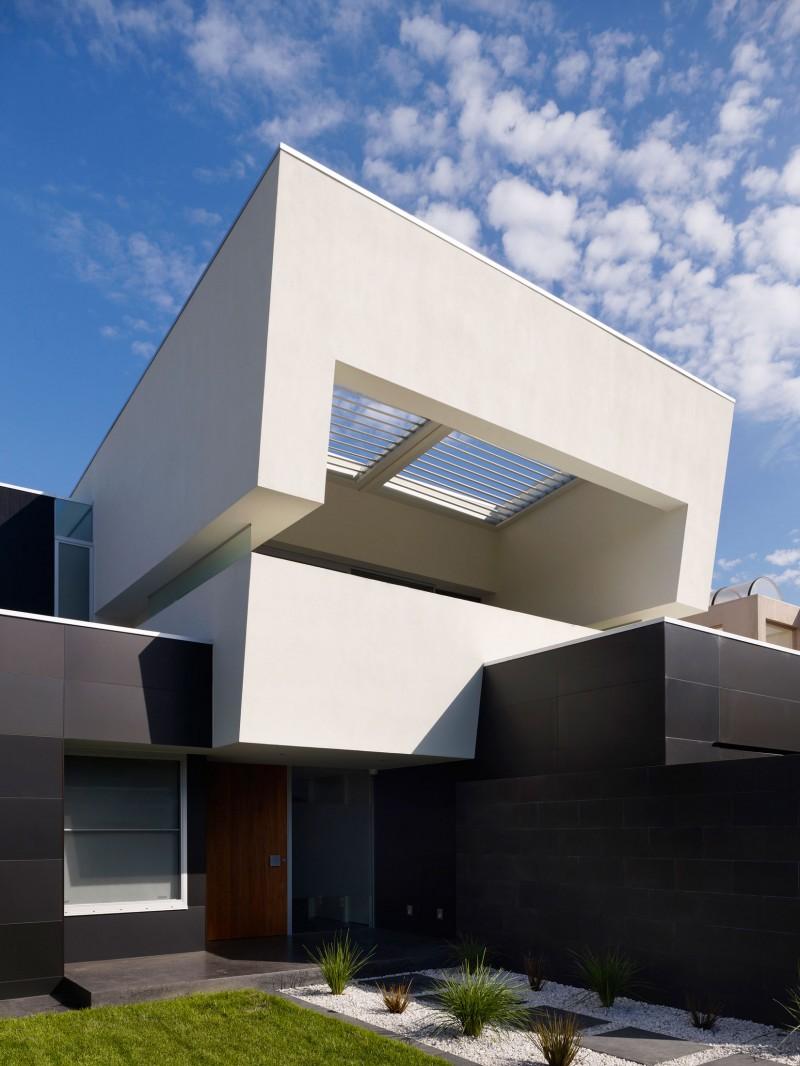 Hogares frescos casa moderna de dos pisos con piscina externa for Pisos interiores de casas modernas