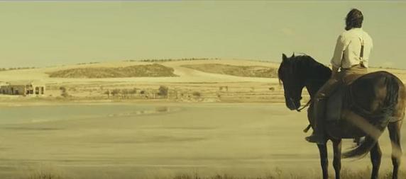Fotograma de La Novia, gran plano general de Leonardo montado a caballo