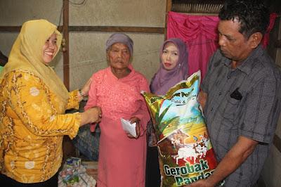 Pemerintah Daerah melalui Kabag Kesra Setda Tanah Bumbu Hj. Noryana menyerahkan bantuan dari Bupati Tanah Bumbu Mardani H Maming berupa sembako dan uang tunai kepada ibu Martun untuk keperluan sehari-hari dan kedepannya akan di tindaklanjuti oleh Dinas Sosial Tanah Bumbu.