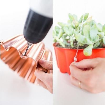 Pot bunga gantung terbuat dari cetakan kue.