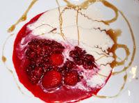 Frutos rojos con crema de queso fresco y miel