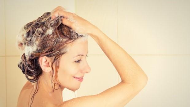 10 Tata Cara Keramas yang Baik Tanpa Perlu Perawatan Ke Salon
