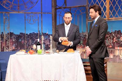 Rabino Sany Sonnenreich explica a simbologia dos alimentos (Crédito: Lourival Ribeiro/SBT)