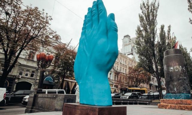 Синяя рука символизирует киевлянина, который моется холодной водой.