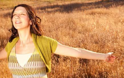 Mujer feliz expresando gratitud a la naturaleza