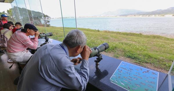 屏東恆春的龍鑾潭自然中心,旁邊的龍鑾潭重要濕地是南台灣最大的天然淡水湖,也是台灣留鳥、候鳥的棲息地,被稱為南台灣「鳥類天堂」,來這裡賞鳥免門票,適合全家一起來認識鳥類