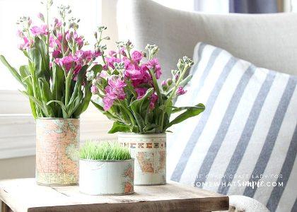 Vas bunga akan terlihat lebih cantik jika dilapisi dengan kertas peta