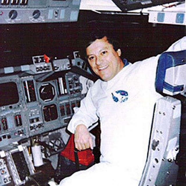Clark McClelland, ex operador de nave espacial de la NASA, afirma haber sido testigo de una reunión entre seres extraterrestres altos y astronautas. La NASA no ha negado el hecho ni ha dado explicaciones.