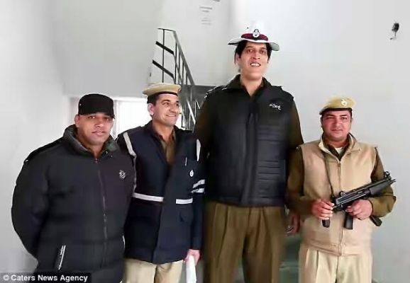 picture of the tallest policeman in india  Rajesh Kumar