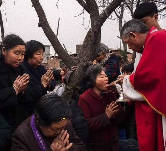 O Pe. Dong Baolu celebra Missa para católicos clandestinos numa das muitas igrejas das 'catacumbas'