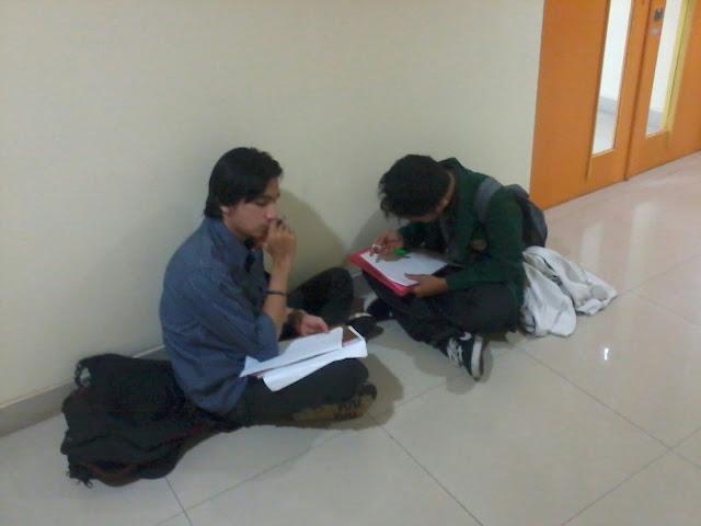 Kak Sonang dan Saya sedang case building di lomba debat bahasa Inggris