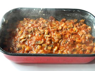 Cartofi in straturi cu ciuperci si carnat afumat