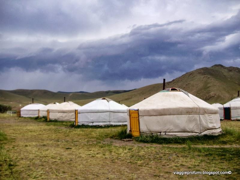 """Campo attrezzato di """"gher"""" per turisti, in Mongolia"""
