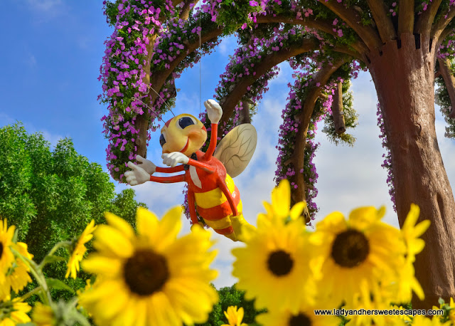 bee in Dubai Miracle Garden