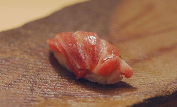 A close-up shot of sushi in TSUKIJI WONDERLAND (2016)