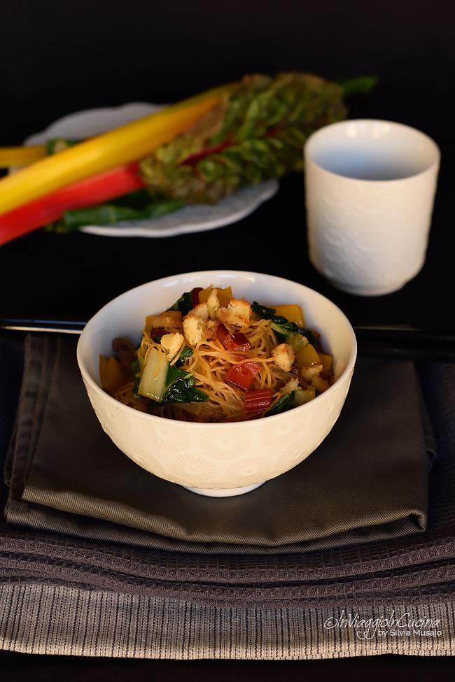 Vermicelli di riso con bietole, alici e briciole di pane croccanti