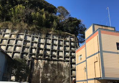 民宿相模屋 裏の崖