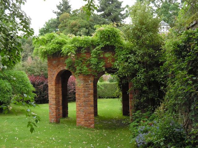 architektura ogrodowa z cegły i pnącza