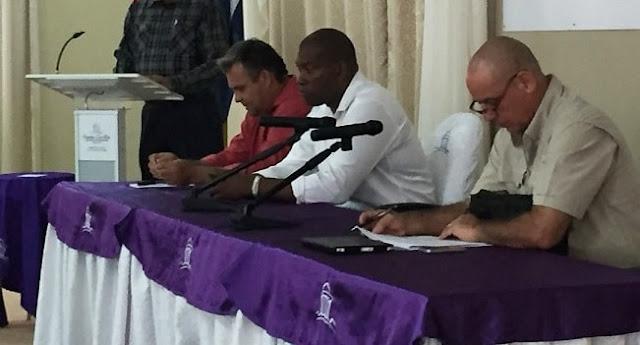 La destitución de Leonel Moa (al centro en la foto) no ha sido divulgada por ningún medio nacional, ha sorprendido a los pocos que han conocido la noticia.