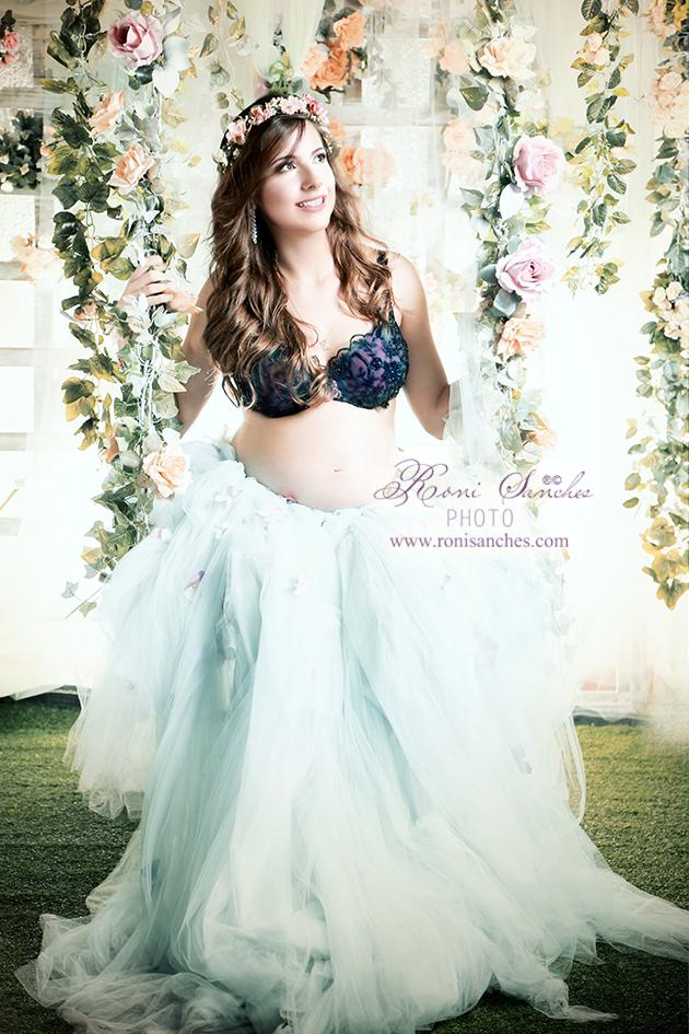 gravida encanta em fotos produzidas em balanço decorado com flores