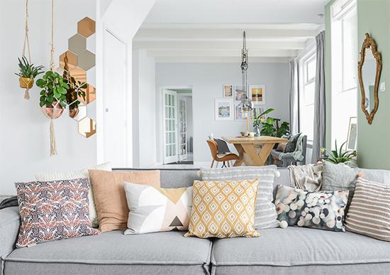 plantas penduradas, sofá grande, decor, home decor, a casa eh sua, acasaehsua, manta no sofá, decoração, interior design, interior, puff