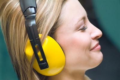 foto mendengarkan musik dengan rileks
