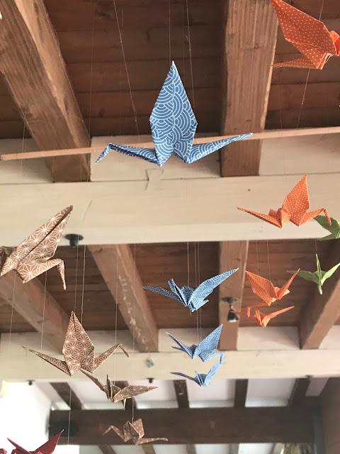 Kranich Mobile, Hochzeitsmotto Flug der Kraniche, 1000 Origami-Kraniche zur Hochzeit, heiraten im Riessersee Hotel Garmisch-Partenkirchen, Bayern, Hochzeitsplanerin Uschi Glas, petrol und weiß