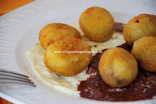 Bolitas de patata rellenas de paté de aceitunas