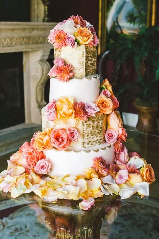 pastel de novios decorado con flores