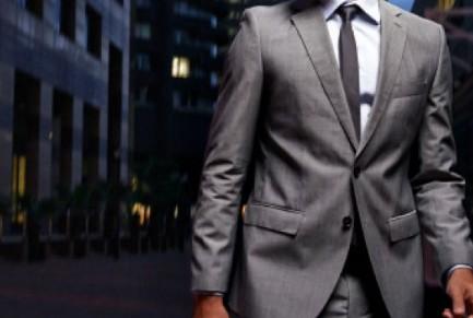 Ο περίεργος λόγος που οι άνδρες δεν κουμπώνουν ποτέ το δεύτερο κουμπί στο σακάκι τους