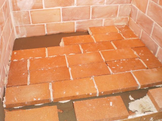 antes de tapar la chimenea con la campana de obra colocaremos material aislante encima de los bardos para que aguante mejor el calor luego a