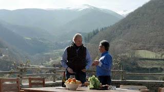 Bertín Osborne con Miguel Ángel Revilla en la comarca de Liébana