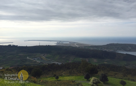 Vista di punta Langosteira dal parco di Monticaño