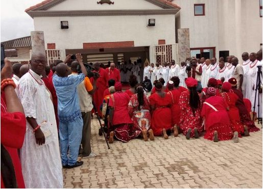 Sorcerers-paying-homahe-to-Oba-Ewuare-II