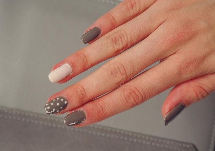 zdobienie paznokci kropki, szary lakier