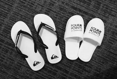 foto  hitam putih dua sandal
