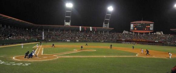 ¿Por qué en Cuba se mantienen 16 equipos de beisbol en la Serie Nacional?