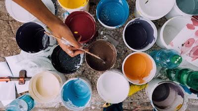 Malarz mieszający farby