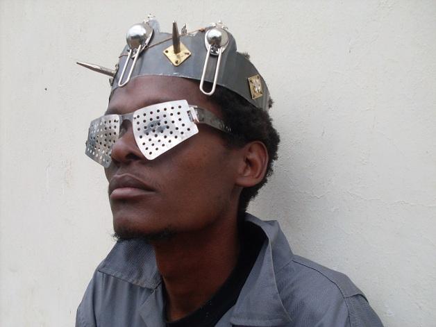 75e4833809ec9 Foi a partir daí que Kabiru começou a criar os seus próprios óculos – hoje,  espalhados por Nairóbi.
