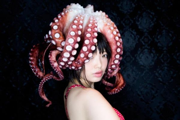 日本模特兒ナマダ熱愛觸手,拿著章魚拍寫真