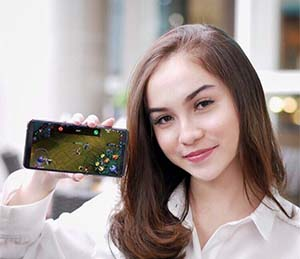 Elina Joerg Membawa Smartphone
