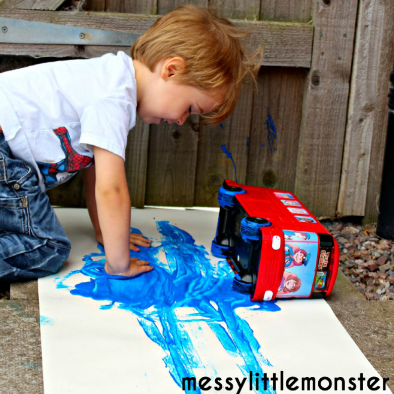 Messy art - Easy Outdoor Art Ideas for Kids - large scale, messy, nature inspired art activities for toddlers, preschoolers and school aged kids to do outside.